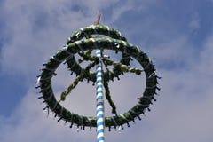 Bayerska Maibaum eller majstång på Oktoberfest Royaltyfri Bild