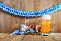 Bayerska mjuka kringlor med öl Fotografering för Bildbyråer