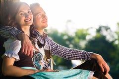 Bayerska par, i Tracht att krama Arkivbild