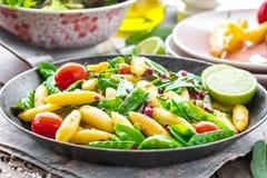 Bayerska stekte finger-formade potatisklimpar med grönsaken arkivbild
