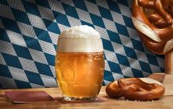 Bayerskt Octoberfest öl rånar med kringlaträtabellen royaltyfri foto