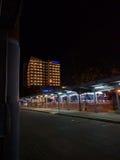 Bayfront旅馆在晚上 免版税库存照片