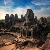 Bayon寺庙惊人的看法在日落的 Angkor Wat,柬埔寨 库存照片