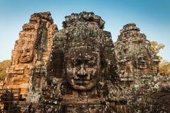 Bayon enfrenta Angkor Wat Cambodia Foto de Stock
