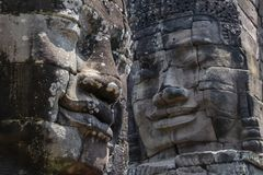 Bayon est remarquable pour les 216 sereins et les visages en pierre de sourire sur les nombreuses tours faisant saillie de la hau images stock