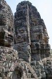 Bayon est remarquable pour les 216 sereins et les visages en pierre de sourire sur les nombreuses tours faisant saillie de la hau photo stock