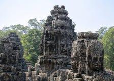 Bayon est remarquable pour les 216 sereins et les visages en pierre de sourire sur les nombreuses tours faisant saillie de la hau photographie stock