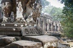Bayon jest wybitny dla 216 spokojnego i uśmiechnięte kamienne twarze na dużo górują jutting od za wysokości gronie i tarasie zdjęcia stock