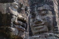 Bayon is opmerkelijk voor de 216 rustige en het glimlachen steengezichten op de vele torens die uit van het hoge terras en de clu stock afbeeldingen