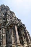 Bayon is opmerkelijk voor de 216 rustige en het glimlachen steengezichten op de vele torens die uit van het hoge terras en de clu royalty-vrije stock afbeelding