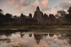 Bayon tempeltempel på skymning med reflexion Royaltyfri Fotografi