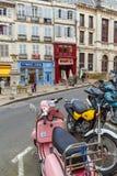 BAYONNE, FRANÇA - 2 DE ABRIL DE 2011: Povos nativos que andam na parte dianteira Fotografia de Stock Royalty Free