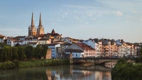 Bayonne Frankrike cityscapesikt med den domkyrka- och Nive floden arkivfoto