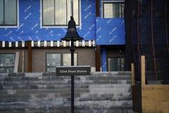 Bayonne, NJ, usa 02 25 2019 rusztowanie emisyjnej pobliskiej 22nd latarni ulicznej sztachetowa stacja zdjęcie stock