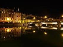 Bayonne, riva del fiume alla notte, Francia di Nive Immagini Stock Libere da Diritti