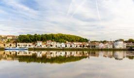 Bayonne stad över den Nive floden Royaltyfria Bilder