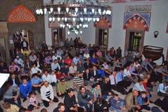 BAYRAM/EID: Muselmaner i moskén på bönen arkivbild