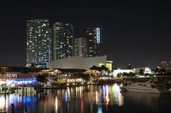 bayside海滨广场迈阿密晚上 免版税图库摄影