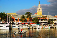 bayside海滨广场迈阿密 历史的自由塔上升后边 免版税图库摄影