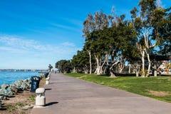 Bayside走道通过Embarcadero北部小游艇船坞的公园 库存图片