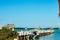 Bayside marina med fartyg som binds upp, och refletions i vatten i Islamorada i tangenterna i Florida USA Januari 26 2011 royaltyfria bilder