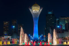 Bayterek塔和喷泉展示在晚上 免版税库存照片