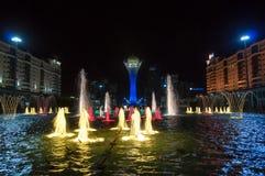 Bayterek塔和喷泉展示在晚上 免版税库存图片