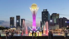 Bayterek塔和喷泉显示在夜timelapse 阿斯塔纳卡扎克斯坦 股票视频