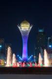 Bayterek torn- och springbrunnshow på natten royaltyfri bild