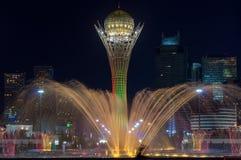 Bayterek torn- och springbrunnshow på natten royaltyfri fotografi