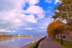 Baywalk. Ciudad Tver, río Volga Fotos de archivo