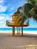 Baywatchtoren in tropisch strand Stock Foto's