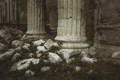 Baza antyczna antykwarska kolumna rujnujący kasztel z lub świątynia łamanymi kamieniami wokoło lub cegłami, zamyka up zdjęcie royalty free