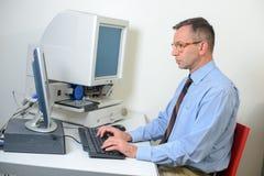 Baza danych administrator w biurze obraz royalty free