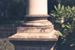 Baza kolumna, filaru zbliżenie z ogrodowym tłem fotografia stock