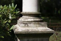Baza kolumna, filaru zbliżenie z ogrodowym tłem zdjęcia stock