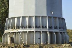 Baza szpaltowy linii energetycznej poparcie Masywny metalu słup Fotografia Stock