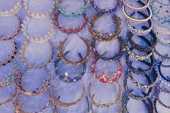 Bazaar στα παλαιά προϊόντα και τα αναμνηστικά της Μέσης Ανατολής προσφορών πόλεων παραδοσιακά Πολλές ζωηρόχρωμες χειροποίητες χάν Στοκ Εικόνες