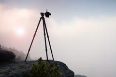 Bazaltowy tripod z fachową kamerą na szczycie przygotowywającym dla fotografii Piaskowów szczyty wzrastający od złocistego mgłowe obraz stock
