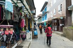 Bazar χωριό περασμάτων περιπάτων Trekker namche για την οδοιπορία έναρξης και ev στοκ εικόνες