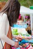 Bazar al aire libre que hace compras de la muchacha adolescente en Tailandia Fotos de archivo libres de regalías