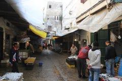 Bazar en el Medina en Tetouan, ciudad en Marruecos/la África del Norte, construyendo por puesta del sol fotografía de archivo libre de regalías