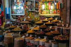 Bazar iraniano famoso del mercato con frutta secca ed i dolci sul contatore fotografia stock libera da diritti