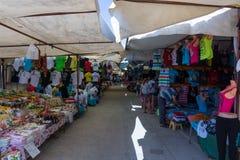 Bazar nel lato Vendita di abbigliamento e degli accessori Immagine Stock