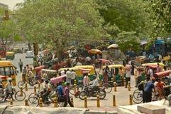 Bazar principale della strada affollata, Paharganj, a Delhi, l'India. Immagine Stock