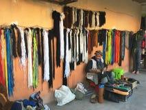 Bazar tradicional da roupa (Souk) na rua Bechar é ficado situado na região do noroeste de Al foto de stock royalty free