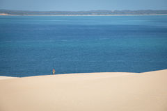 走在Bazaruto海岛上的白色沙丘的女孩 免版税库存照片