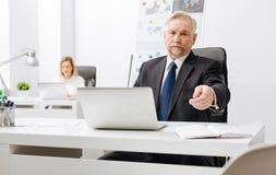 Bazige werkgever die emoties in het bureau uitdrukken Royalty-vrije Stock Fotografie