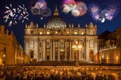 Bazylik di San Pietro z fajerwerkiem, Rzym, Watykan, Włochy zdjęcie stock