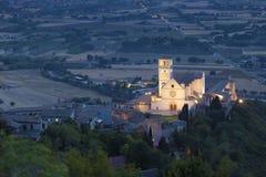 Bazylika San Francesco Assisi przy półmrokiem Zdjęcia Stock